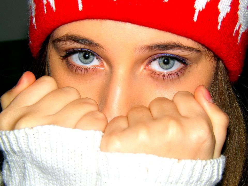 ¿Los ojos claros son más sensibles a la luz?